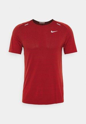 TECH ULTRA LAUFSHIRT HERREN - Camiseta estampada - chile red