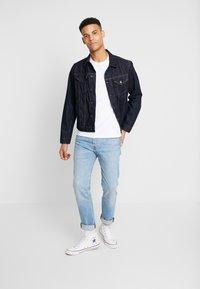 Levi's® - CREWNECK GRAPHIC 2 PACK - T-shirts med print - white/dress blues - 1