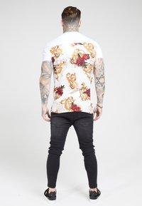 SIKSILK - PANEL FLORAL - T-shirt z nadrukiem - white/elegance - 2