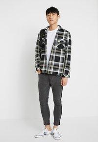 Burton Menswear London - BASIC CREW 3 PACK MULTIPACK - T-shirt basic - black/grey/white - 1