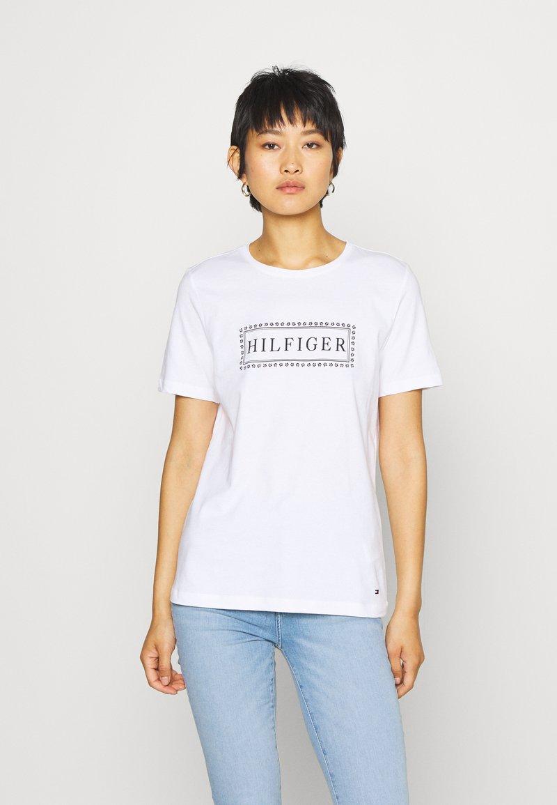 Tommy Hilfiger - CLEO REGULAR  - T-shirt z nadrukiem - white