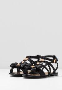 Versace - Sandály s odděleným palcem - black - 3
