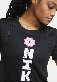 Nike Performance - Print T-shirt - black/black/white - 3