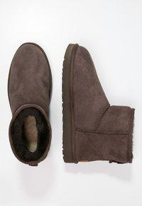 UGG - CLASSIC MINI II - Korte laarzen - chocolate - 1