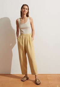 OYSHO - MIT LEINENANTEIL - Trousers - light yellow - 1
