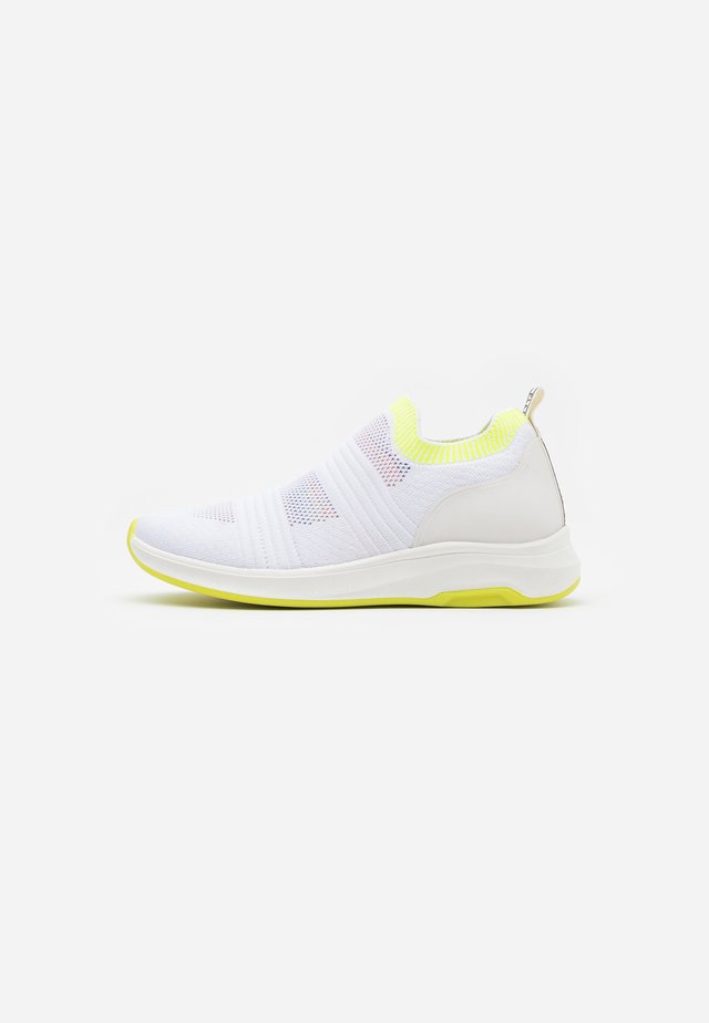 ATENA - Loaferit/pistokkaat - white/neon yellow
