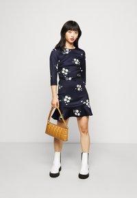 True Violet Petite - MINI DRESS WITH FRILL HEM - Vapaa-ajan mekko - navy floral - 1
