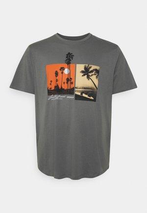 JOROCTO TEE CREW NECK - Print T-shirt - sedona sage