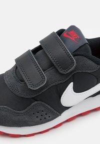 Nike Sportswear - MD VALIANT UNSEX - Trainers - black/dark smoke grey/university red/white - 5
