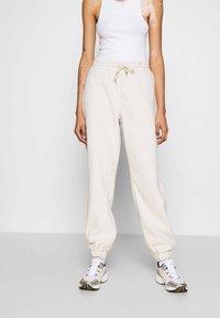 Monki - FANNY TROUSERS - Pantalones deportivos - beige - 0