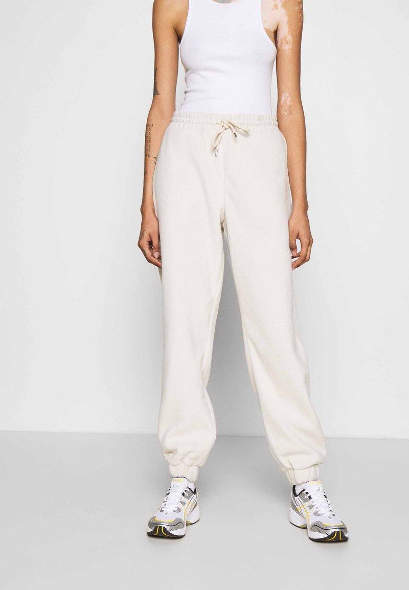 Monki - FANNY TROUSERS - Pantalones deportivos - beige