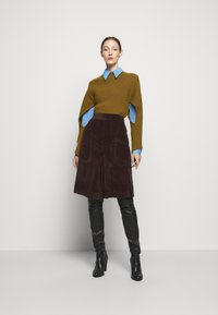 Victoria Beckham - CURVED HEM JUMPER - Sweter - ochre - 1
