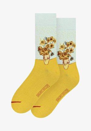 VINCENT VAN GOGH: VASE WITH TWELVE SUNFLOWERS - Socks - yellow