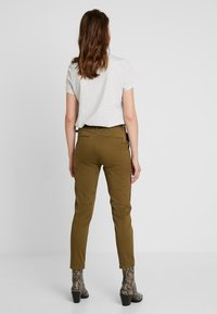 Scotch & Soda - WITH GIVEAWAY BELT - Chinos - military green - 2