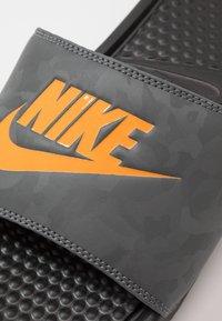 Nike Sportswear - BENASSI JDI - Badsandaler - black/laser orange/iron grey - 5