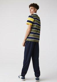 Lacoste - Polo shirt - khaki grün / blau / gelb / weiß - 1