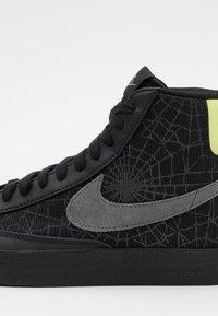Nike Sportswear - BLAZER MID '77 UNISEX - Zapatillas altas - black/universe gold/metallic silver/sail/white - 7