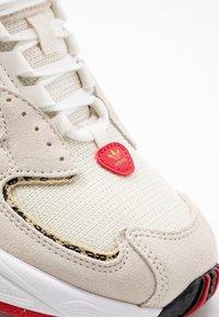 adidas Originals - 2000 W - Sneakersy niskie - chalk white/offwhite/scarlet - 2