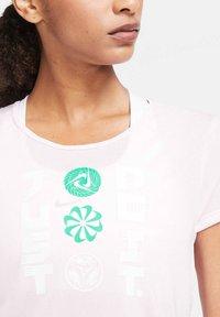 Nike Performance - ICON CLASH - Print T-shirt - rosa - 3