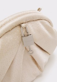 Núnoo - SAKI CHRISTMAS - Clutch - white/gold