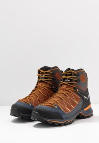 Salewa - MTN TRAINER LITE MID GTX - Hikingschuh - black out/carrot - 2