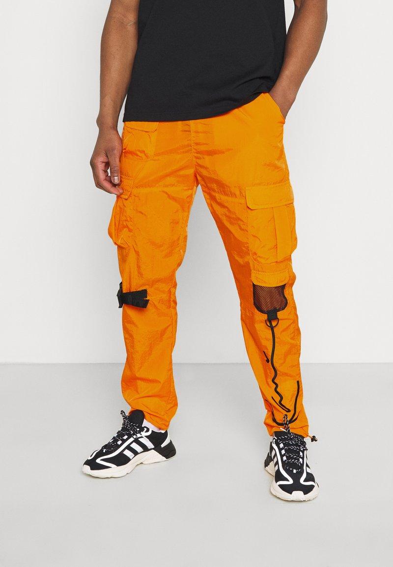 Karl Kani - SIGNATURE CRINCLE PANTS UNISEX - Pantalon cargo - orange