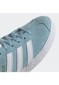 adidas Originals - GAZELLE SHOES - Zapatillas - hazy sky/ftwr white/yellow - 6