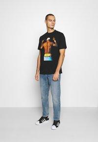 Chi Modu - PAC MIDDLE - Print T-shirt - black - 1