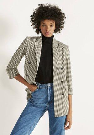 MIT HOCHGEROLLTEN ÄRMELN - Short coat - beige