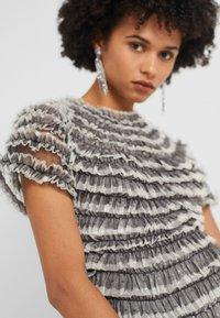 Needle & Thread - WILD ROSE RUFFLE GOWN - Společenské šaty - graphite/champagne - 3