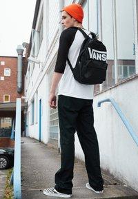 Vans - CLASSIC RAGLAN CUSTOM FIT  - Langarmshirt - white/black - 3