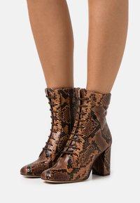Pinko - DENISE BOOT - Šněrovací kotníkové boty - marrone - 0