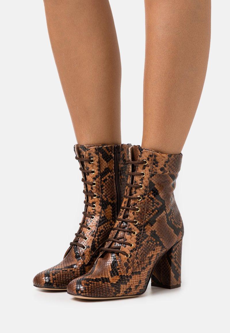 Pinko - DENISE BOOT - Šněrovací kotníkové boty - marrone