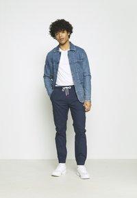 Tommy Jeans - ETHAN JOGGER - Pantaloni cargo - twilight navy - 1