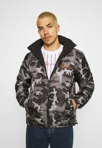 Karl Kani - OG REVERSIBLE CAMO PUFFER JACKET - Winter jacket - black - 3