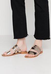 Vero Moda - VMVALI - Pantofle - pale gold - 0