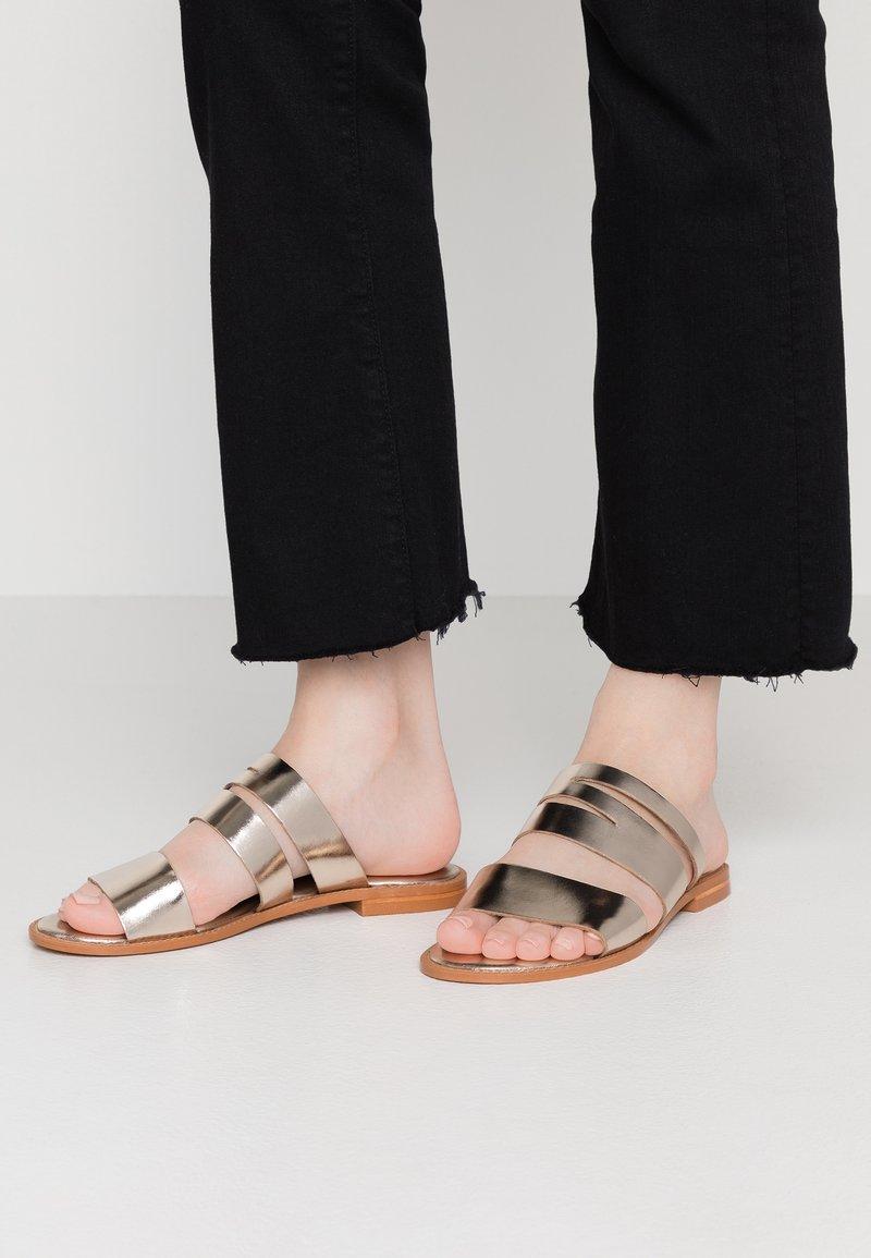 Vero Moda - VMVALI - Pantofle - pale gold