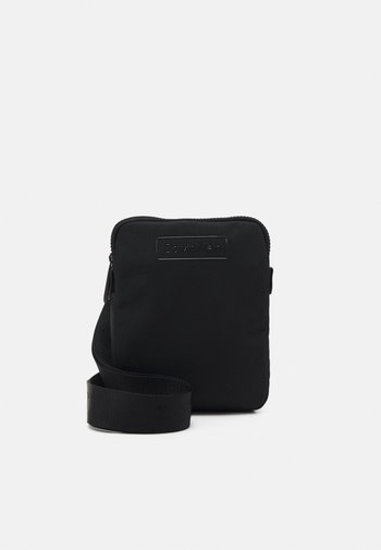 CODE FLATPACK S - Taška spříčným popruhem - black