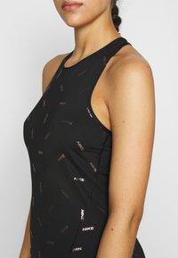 Nike Performance - TANK NIKE TOSS PRINT - Treningsskjorter - black/dark smoke grey - 4