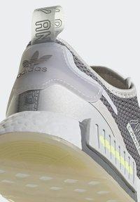 adidas Originals - NMD_R1 SPECTOO UNISEX - Sneakersy niskie - grey one/grey three/yellow tint - 8