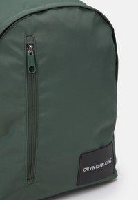 Calvin Klein Jeans - ROUND FRONT ZIP UNISEX - Rucksack - green - 3