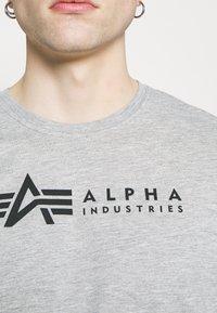 Alpha Industries - ALPHA LABEL 2 PACK - Printtipaita - grey heather/rep blue - 5