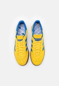 adidas Originals - HANDBALL SPEZIAL TERRACE SHOES UNISEX - Trainers - glow/blue - 3