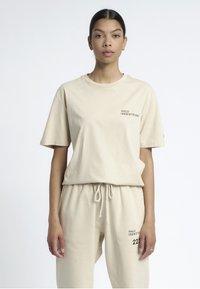 HALO - T-shirts print - sand - 2