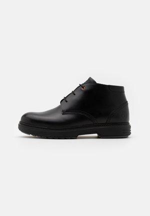 CHUKKA - Botines con cordones - black