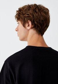 PULL&BEAR - MIT BRUSTTASCHE - T-shirt - bas - black - 4