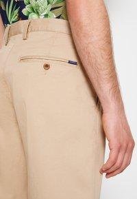 GANT - RELAXED - Shorts - dark khaki - 6