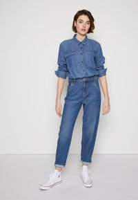 TOM TAILOR DENIM - BARREL MOM VINTAGE MIDDLE BLUE - Relaxed fit jeans - used mid stone blue - 3