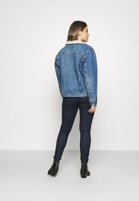 Levi's® - EX-BF SHERPA TRUCKER - Giacca di jeans - addicted to love - 2