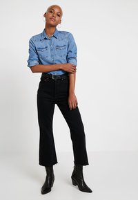 Levi's® - RIBCAGE CROP FLARE - Flared Jeans - on the rocks - 1